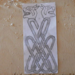 Вырезаем кельтскую ложку. Рисуем головы псов и орнамент.