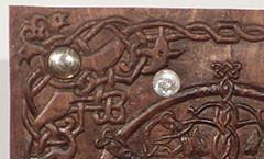 Вырезан светильник с орнаментом в древнерусском стиле