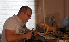 Заканчивается работа над скульптурой тигра